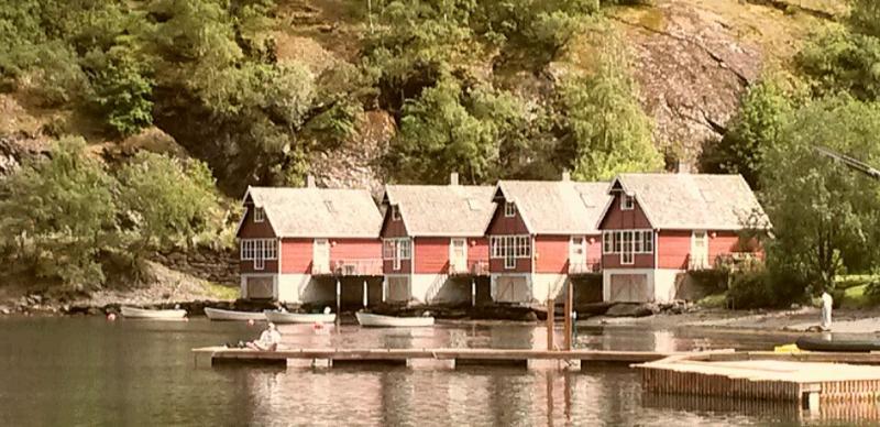 Rode houten chalets aan het water