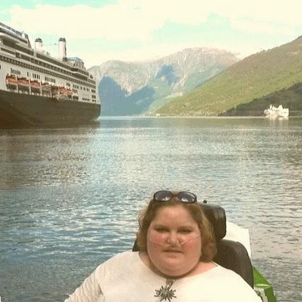 Foto van Sien, op de achtergrond het cruiseschip en de fjorden