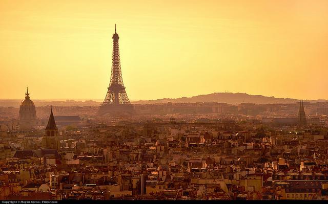 Parijs bij zonsondergang. De foto werd gemaakt vanaf de Notre Dame kathedraal en toont ondermeer de Eiffeltoren.