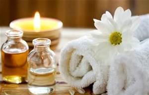 Een kaars, etherische olie, handdoekjes en een bloem.