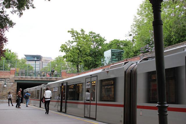 Zo goed als drempelloze metrohalte aan het stadspark.