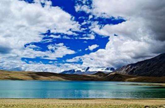 Paradijselijke foto van een azuurblauw meer.