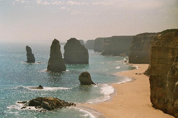 The Twelve Apostles: eenzame rotsblokken die boven de zee uitsteken.