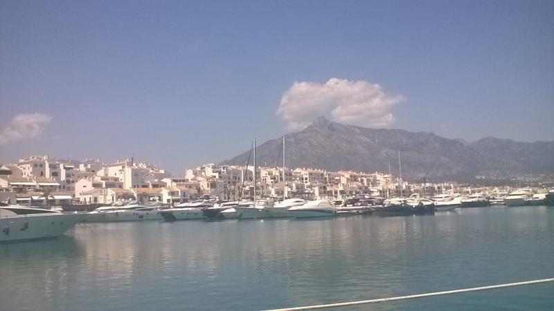 De haven met op de achtergrond de hoogste berg van Marbella, La Concha.