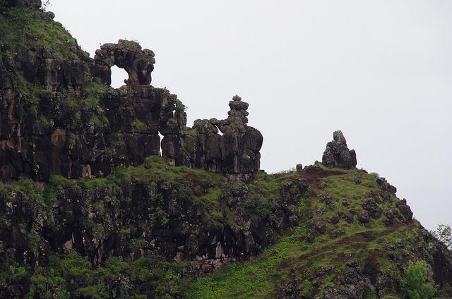 Mysterieuze rotsen steken uit boven de canyon.