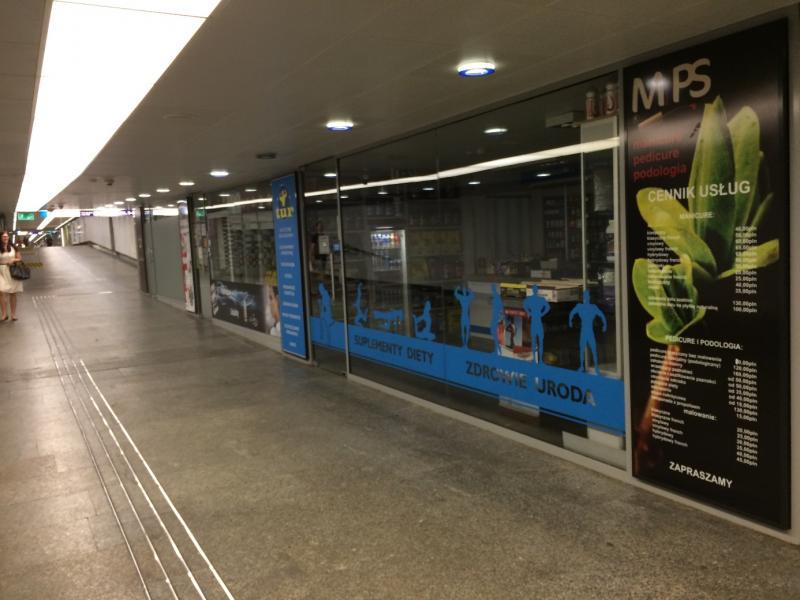 Tunnel met winkeltjes en een gidslijn voor blinden.