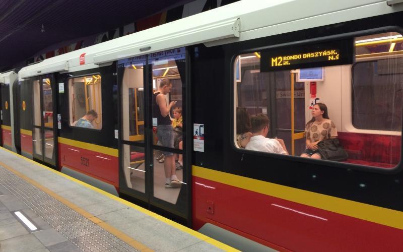 De metro in Warschau met gidslijn aan de rand van het perron.