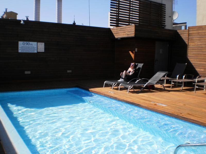Het rolstoeltoegankelijke zwembad op het dak van het hotel.