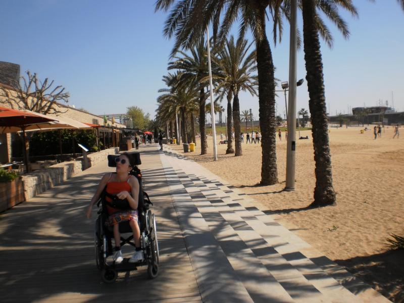 Klaartje wandelt langs een boulevard met palmbomen