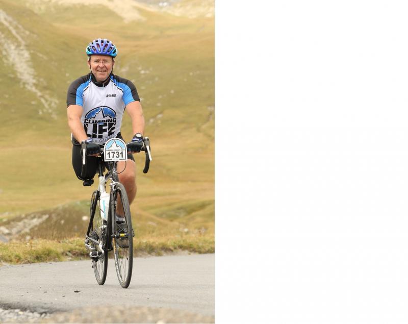 Alex fietst bergop door het rotsig landschap. Hij heeft enkel nog zijn rechterbeen.