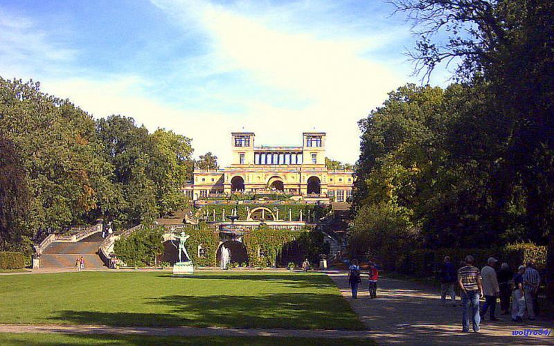 Wandelaars in het park aan de Orangerie van Slot Sanssouci in Potsdam