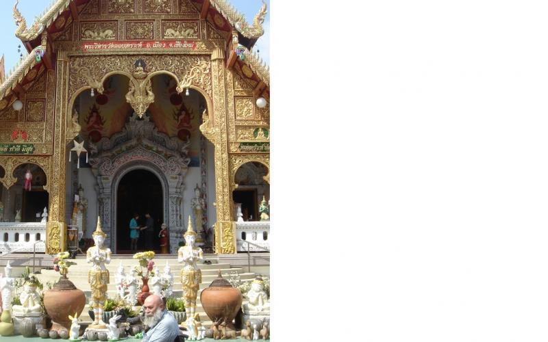Piet aan de ingang van een gouden Thaise tempel