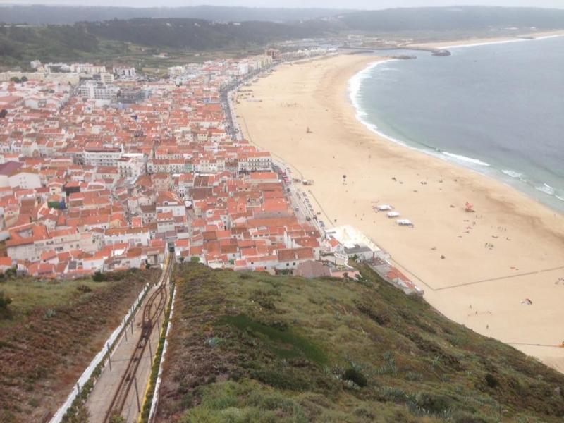 Zicht op Nazaré met de zee, de stad en het spoortje van de Funicular