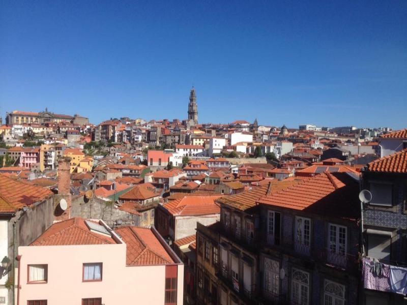Zicht op Porto met huizen en een toren