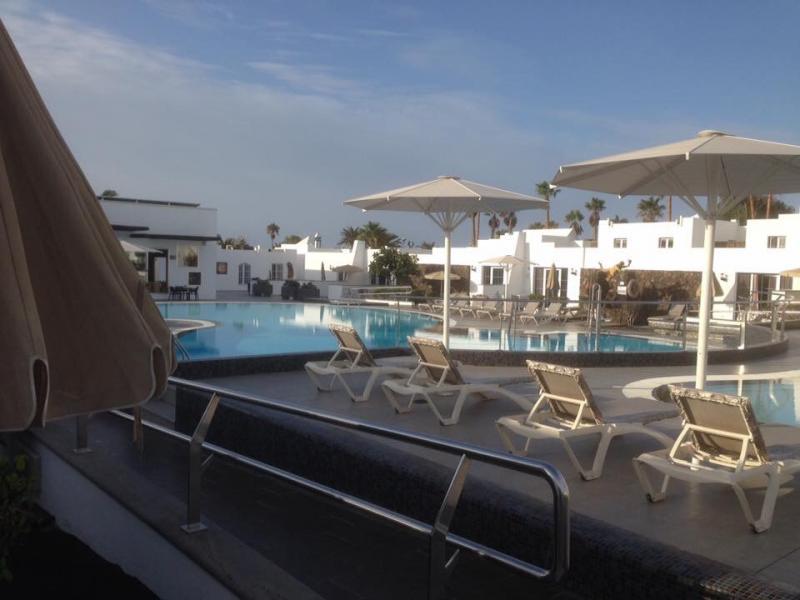 Zwembad en appartementen van het hotel.