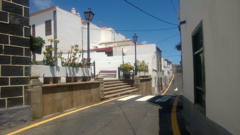 Een heuvelachtig straatje in Candelaria.
