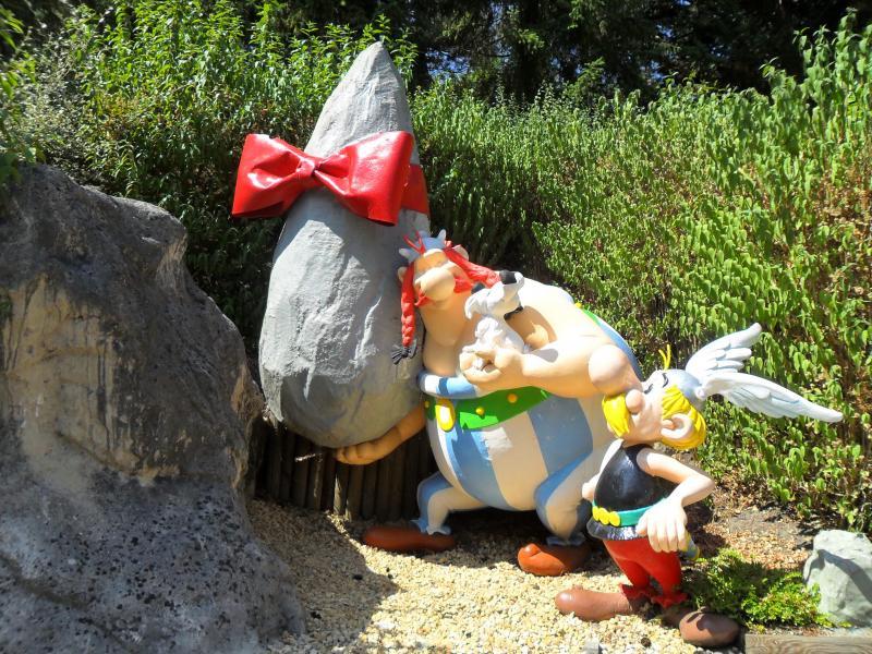 Asterix, Obilix en een menhir met een strik rond.