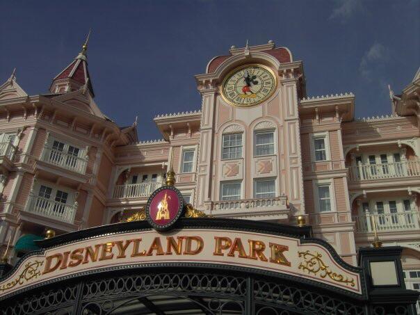 De letters van Disneyland Park aan de ingang.