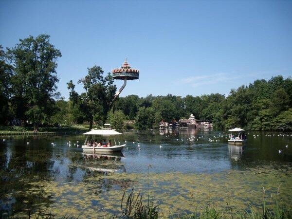 Bootjes op de parkvijver met erboven de pagode.