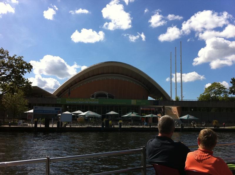 Het congrescentrum wordt, wegens zijn vorm, ook wel de Zwangere Oester genoemd.