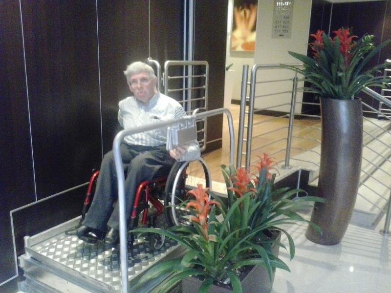 Renald bedient de plateaulift in het hotel.
