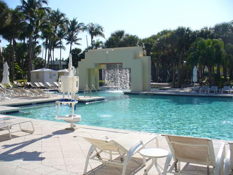 Zwembad met tillift in hotel Hyatt Regency Pier 66