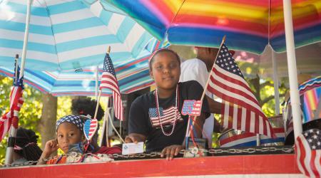 Twee Afro-Amerikaanse kinderen tijdens een 4 juli-viering.